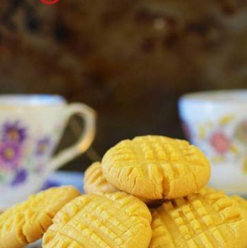 custard cookie served