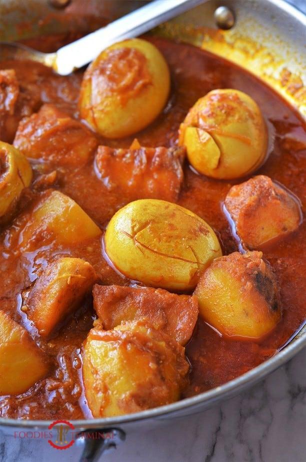 Dimer Dalna (Curry) in a pan.