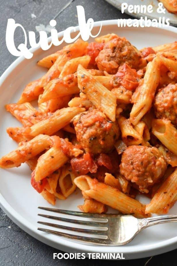 Instant Pot gefrorene Fleischbällchen und Penne Pasta in einem weißen Teller mit Gabel serviert